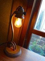 zaświecona lampa w stylu antycznym
